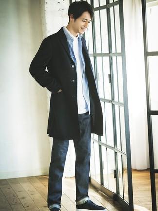 Come indossare e abbinare: soprabito nero, dolcevita bianco, camicia a maniche lunghe a quadretti blu, jeans blu scuro