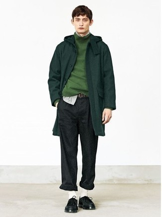 Come indossare e abbinare chino di lana grigio scuro: Potresti combinare un soprabito verde scuro con chino di lana grigio scuro, perfetto per il lavoro. Se non vuoi essere troppo formale, calza un paio di chukka in pelle nere.