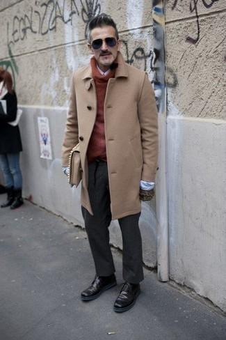 Moda uomo anni 50: Vestiti con un soprabito marrone chiaro e pantaloni eleganti grigio scuro per un look elegante e di classe. Per un look più rilassato, scegli un paio di stivali casual in pelle bordeaux.