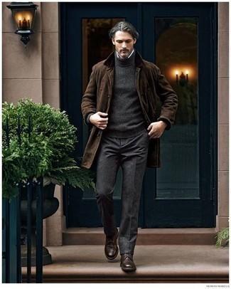 Come indossare e abbinare pantaloni eleganti grigio scuro: L'abbinamento di un soprabito marrone scuro e pantaloni eleganti grigio scuro metterà in luce il tuo gusto per gli abiti di sartoria. Non vuoi calcare troppo la mano con le scarpe? Indossa un paio di scarpe derby in pelle marrone scuro per la giornata.
