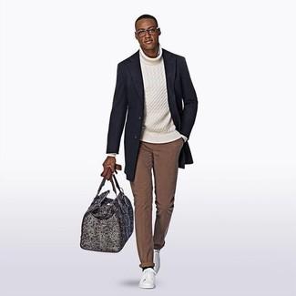 Come indossare: soprabito blu scuro, dolcevita lavorato a maglia bianco, chino marroni, sneakers basse in pelle bianche