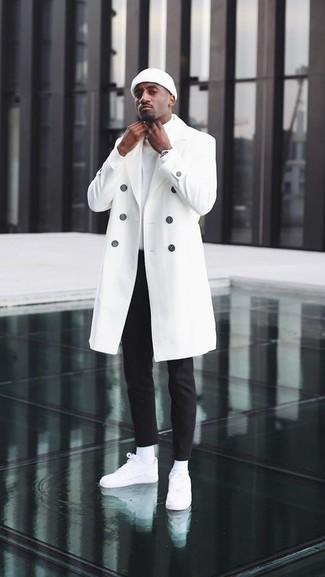 Come indossare e abbinare: soprabito bianco, dolcevita bianco, chino neri, sneakers basse in pelle bianche