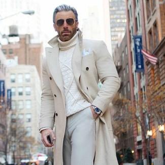 Come indossare: soprabito beige, dolcevita lavorato a maglia bianco, chino beige, fazzoletto da taschino bianco