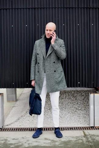 Come indossare e abbinare: soprabito a spina di pesce grigio, dolcevita nero, chino bianchi, mocassini eleganti in pelle scamosciata blu scuro