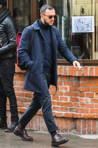 Come indossare: soprabito blu scuro, dolcevita blu scuro, chino neri, scarpe derby in pelle marrone scuro