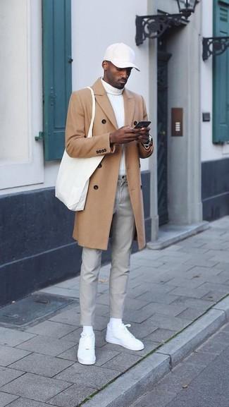 Come indossare e abbinare: soprabito marrone chiaro, dolcevita bianco, chino grigi, sneakers basse in pelle bianche