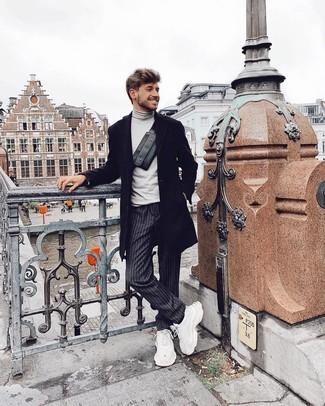 Come indossare: soprabito nero, dolcevita grigio, chino a righe verticali grigio scuro, scarpe sportive bianche