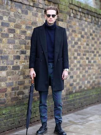 Come indossare e abbinare: soprabito nero, dolcevita di lana blu scuro, chino scozzesi blu scuro e verdi, stivali casual in pelle neri