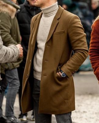 Come indossare e abbinare: soprabito marrone, dolcevita beige, chino di lana grigio scuro, orologio in pelle nero