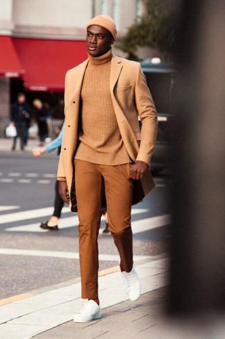 Come indossare e abbinare: soprabito marrone chiaro, dolcevita marrone chiaro, chino terracotta, sneakers basse in pelle bianche
