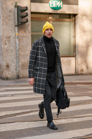 Trend da uomo: Prova ad abbinare un soprabito a quadri grigio scuro con chino di lana grigio scuro per un drink dopo il lavoro. Un bel paio di stivali chelsea in pelle neri è un modo semplice di impreziosire il tuo look.