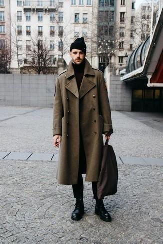 Trend da uomo 2020 quando fa freddo: Scegli un outfit composto da un soprabito verde oliva e chino neri, perfetto per il lavoro. Un paio di stivali casual in pelle neri si abbina alla perfezione a una grande varietà di outfit.