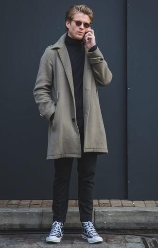 Come indossare e abbinare un soprabito grigio: Scegli un soprabito grigio e chino neri per essere elegante ma non troppo formale. Per distinguerti dagli altri, scegli un paio di sneakers alte di tela stampate blu scuro.