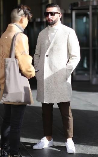 Quale soprabito indossare con un dolcevita bianco: Abbina un soprabito con un dolcevita bianco per un abbigliamento elegante ma casual. Perché non aggiungere un paio di sneakers basse in pelle bianche per un tocco più rilassato?