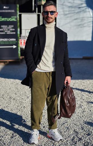 Come indossare e abbinare chino di velluto a coste verde oliva: Coniuga un soprabito nero con chino di velluto a coste verde oliva, perfetto per il lavoro. Per distinguerti dagli altri, scegli un paio di scarpe sportive grigie come calzature.