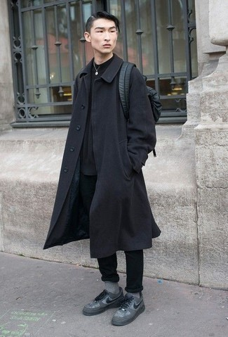 Come indossare e abbinare un zaino in pelle nero: Coniuga un soprabito nero con uno zaino in pelle nero per un'atmosfera casual-cool. Sneakers basse di tela grigie sono una validissima scelta per completare il look.