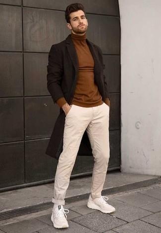 Come indossare e abbinare un soprabito marrone scuro: Scegli un soprabito marrone scuro e chino beige se preferisci uno stile ordinato e alla moda. Per distinguerti dagli altri, prova con un paio di scarpe sportive beige.