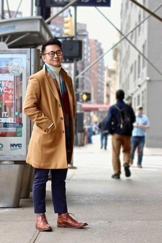 Trend da uomo 2020 in primavera 2021: Scegli un outfit composto da un soprabito marrone chiaro e chino blu scuro per un drink dopo il lavoro. Prova con un paio di scarpe brogue in pelle terracotta per dare un tocco classico al completo. Un outfit splendido per essere più cool e alla moda anche in questi mesi primaverili.