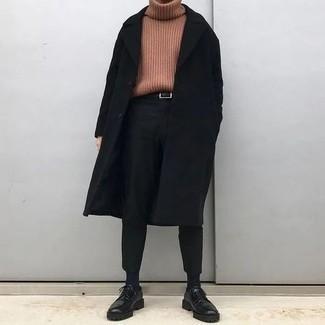 Moda uomo anni 30 in autunno 2021: Abbina un soprabito nero con chino neri per un abbigliamento elegante ma casual. Prova con un paio di scarpe derby in pelle pesanti nere per mettere in mostra il tuo gusto per le scarpe di alta moda. Una fantastica idea per essere più cool e perfettamente alla moda anche durante la stagione autunnale.