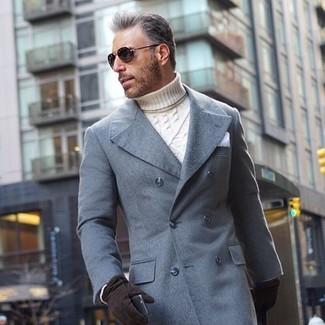 Come indossare: soprabito grigio, dolcevita lavorato a maglia bianco, fazzoletto da taschino bianco, guanti in pelle scamosciata neri