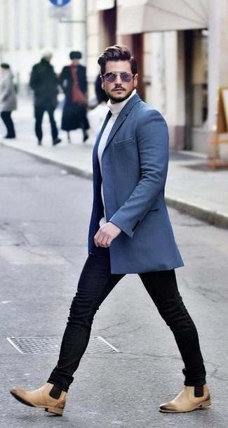 Come indossare: soprabito blu, dolcevita lavorato a maglia bianco, jeans aderenti neri, stivali chelsea in pelle marrone chiaro