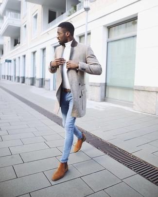 Come indossare e abbinare: soprabito grigio, dolcevita bianco, jeans aderenti azzurri, stivali chelsea in pelle scamosciata terracotta