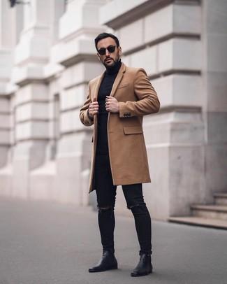 Come indossare e abbinare: soprabito marrone chiaro, dolcevita nero, jeans aderenti strappati neri, stivali chelsea in pelle neri
