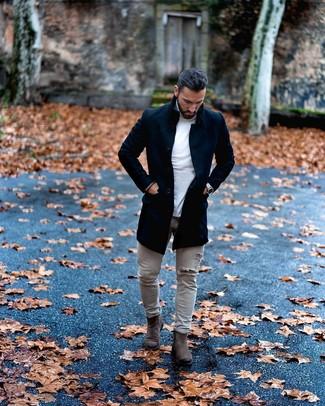 Come indossare e abbinare: soprabito nero, dolcevita bianco, jeans aderenti strappati grigi, stivali chelsea in pelle scamosciata grigio scuro