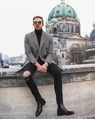 Come indossare e abbinare: soprabito con motivo pied de poule nero e bianco, dolcevita nero, jeans aderenti strappati neri, stivali chelsea in pelle marrone scuro
