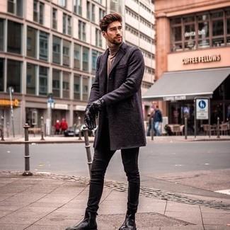 Come indossare e abbinare jeans aderenti neri: Combina un soprabito blu scuro con jeans aderenti neri per un look raffinato per il tempo libero. Scegli uno stile classico per le calzature e indossa un paio di stivali chelsea in pelle neri.