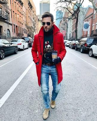 Come indossare e abbinare: soprabito rosso, dolcevita stampato blu scuro, jeans blu, stivali chelsea in pelle scamosciata beige