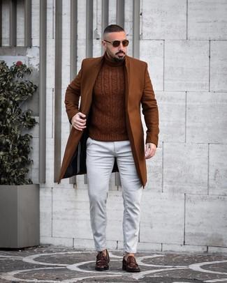 Come indossare e abbinare: soprabito marrone, dolcevita lavorato a maglia marrone, jeans bianchi, mocassini eleganti in pelle marrone scuro