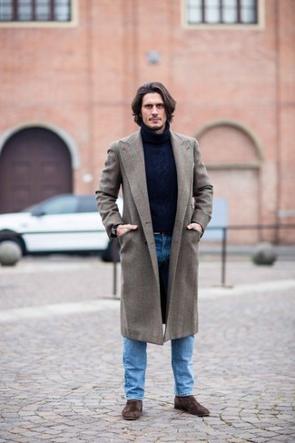 Come indossare e abbinare: soprabito marrone, dolcevita di lana lavorato a maglia blu scuro, jeans blu, stivali chelsea in pelle scamosciata marrone scuro