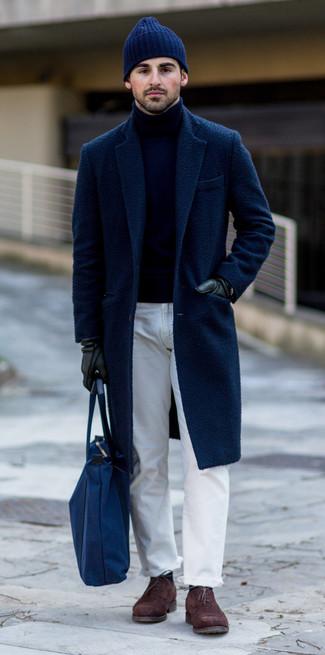 Come indossare e abbinare: soprabito blu scuro, dolcevita blu scuro, jeans bianchi, scarpe oxford in pelle scamosciata marrone scuro
