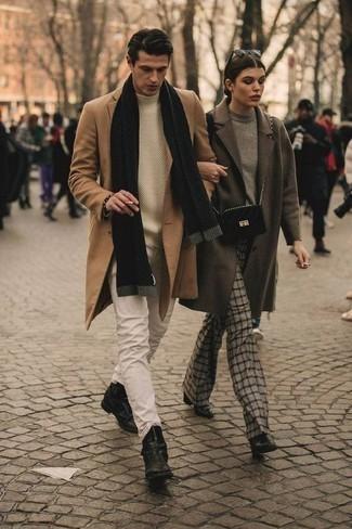 Come indossare e abbinare un dolcevita beige: Potresti abbinare un dolcevita beige con jeans beige per un look spensierato e alla moda. Indossa un paio di stivali chelsea in pelle neri per un tocco virile.