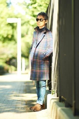Come indossare e abbinare jeans blu: Abbina un soprabito scozzese blu con jeans blu per un look da sfoggiare sul lavoro. Rifinisci questo look con un paio di stivali casual in pelle scamosciata marrone chiaro.