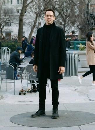 Trend da uomo 2020: Indossa un soprabito verde scuro con jeans verde scuro se preferisci uno stile ordinato e alla moda. Questo outfit si abbina perfettamente a un paio di stivali casual in pelle grigio scuro.