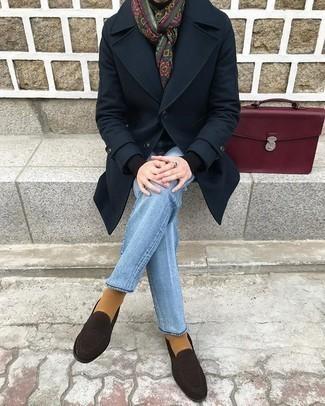 Come indossare e abbinare mocassini eleganti in pelle scamosciata marrone scuro: Prova a combinare un soprabito blu scuro con jeans azzurri per un abbigliamento elegante ma casual. Aggiungi un paio di mocassini eleganti in pelle scamosciata marrone scuro al tuo look per migliorare all'istante il tuo stile.