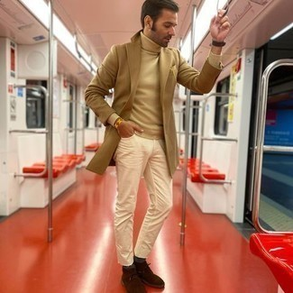 Come indossare e abbinare calzini grigio scuro: Abbina un soprabito marrone chiaro con calzini grigio scuro per un'atmosfera casual-cool. Per le calzature, scegli lo stile classico con un paio di chukka in pelle scamosciata marroni.