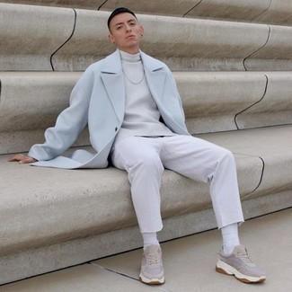 Come indossare e abbinare calzini bianchi: Scegli un outfit composto da un soprabito azzurro e calzini bianchi per una sensazione di semplicità e spensieratezza. Non vuoi calcare troppo la mano con le scarpe? Prova con un paio di scarpe sportive beige per la giornata.
