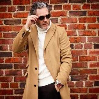 Come indossare: soprabito marrone chiaro, dolcevita lavorato a maglia bianco, pantaloni eleganti neri, occhiali da sole neri