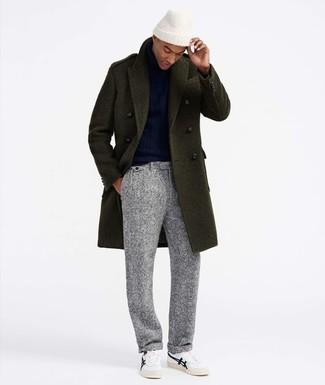 Come indossare e abbinare: soprabito verde oliva, dolcevita blu scuro, pantaloni eleganti di lana grigi, sneakers basse bianche