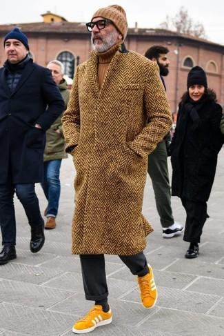 Come indossare e abbinare: soprabito a spina di pesce marrone, dolcevita marrone, pantaloni eleganti neri, sneakers basse in pelle scamosciata senapi