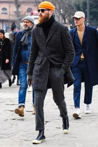Come indossare: soprabito grigio scuro, dolcevita nero, pantaloni eleganti di lana a quadri grigio scuro, sneakers alte di tela nere