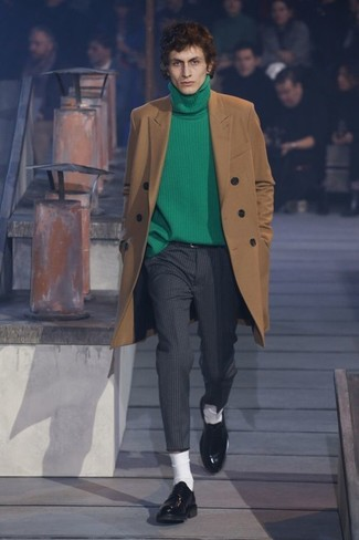 Come indossare e abbinare un dolcevita verde: Coniuga un dolcevita verde con pantaloni eleganti a righe verticali grigio scuro per creare un look smart casual. Scegli uno stile classico per le calzature e opta per un paio di scarpe derby in pelle nere.