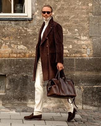 Come indossare e abbinare un borsone in pelle marrone scuro: Opta per un soprabito marrone scuro e un borsone in pelle marrone scuro per una sensazione di semplicità e spensieratezza. Mettiti un paio di mocassini eleganti in pelle scamosciata marrone scuro per un tocco virile.