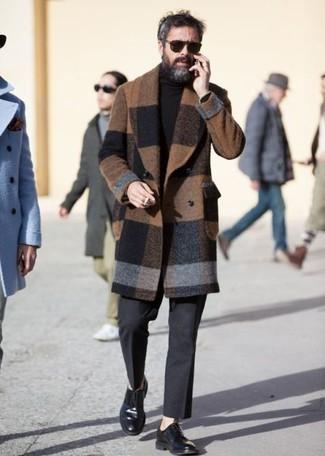 Trend da uomo 2020 quando fa freddo: Prova ad abbinare un soprabito a quadri marrone con pantaloni eleganti di lana grigio scuro per essere sofisticato e di classe. Un paio di scarpe derby in pelle nere si abbina alla perfezione a una grande varietà di outfit.