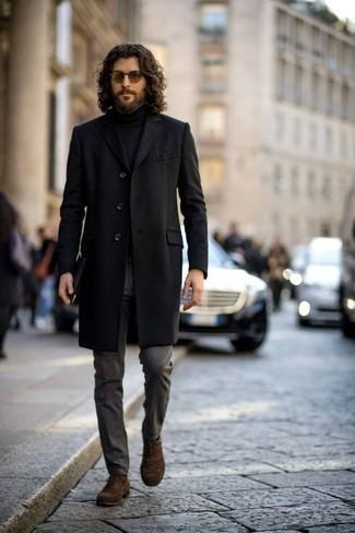 Trend da uomo 2020 quando fa freddo: Prova a combinare un soprabito nero con pantaloni eleganti grigio scuro per una silhouette classica e raffinata Scarpe oxford in pelle scamosciata marroni sono una valida scelta per completare il look.