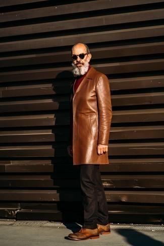 Moda uomo anni 60: Vestiti con un soprabito in pelle marrone e pantaloni eleganti marrone scuro per un look elegante e alla moda. Perfeziona questo look con un paio di scarpe oxford in pelle terracotta.