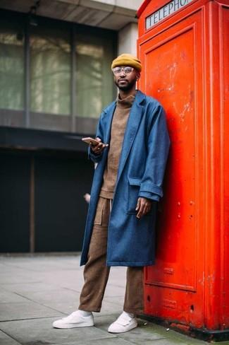 Come indossare e abbinare: soprabito blu, dolcevita marrone, pantaloni sportivi marroni, sneakers basse in pelle bianche